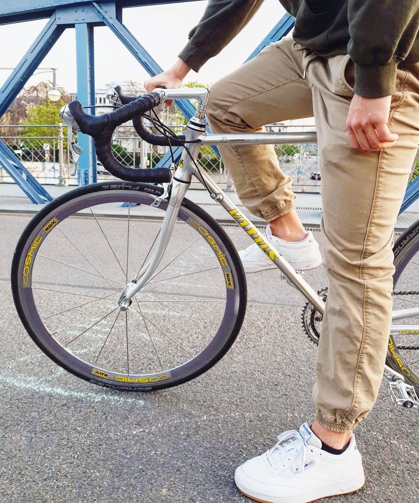 Rennradliebe auf einer Brücke, mit Person